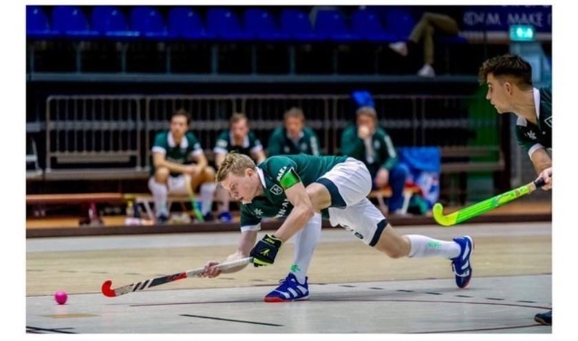"""Jochem Bakker in actie voor HC Rotterdam. """"Bij zaalhockey moet je als speler kunnen verdedigen en aanvallen, je moet allround zijn."""" (Foto: HC Rotterdam/Ruud Stork)"""