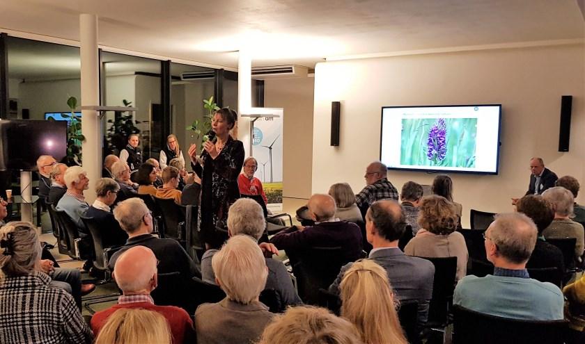 Marjan Minnesma tijdens haar presentatie in Oud-Beijerland.