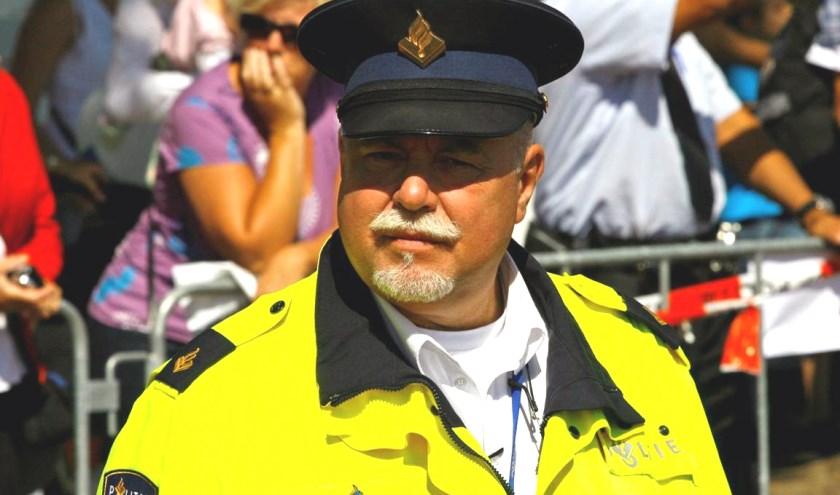 Op 16 januari hangt politieman Eddy van Driel zijn politiepet voorgoed aan de denkbeeldige wilgen. Van Driel gaat dan met pensioen. Foto: Jurgen Knuyst