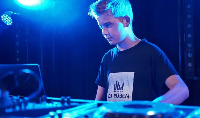 Op 8 februari draait de 12-jarige Ruben in wijkcentrum De Spinne in Goes. FOTO: Gert van Santen