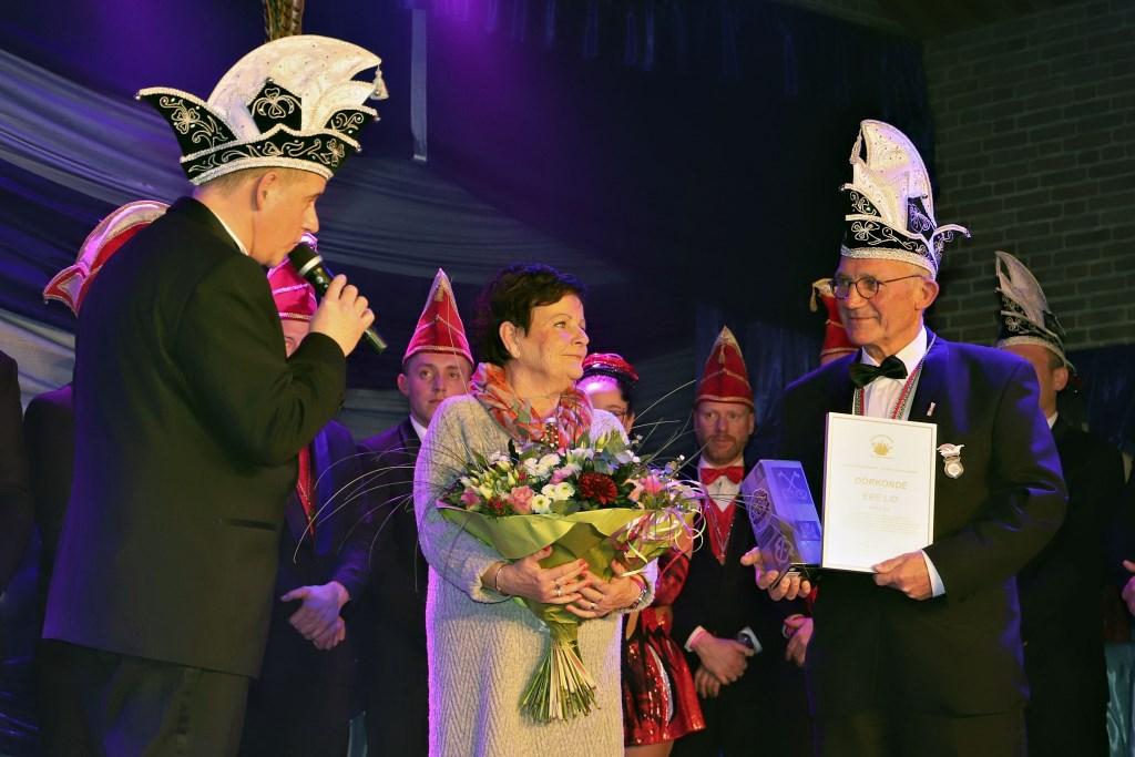 Voorzitter William van den Bogaard met Nellie en Kees Blij. (foto: Herman Vreman)  © DPG Media