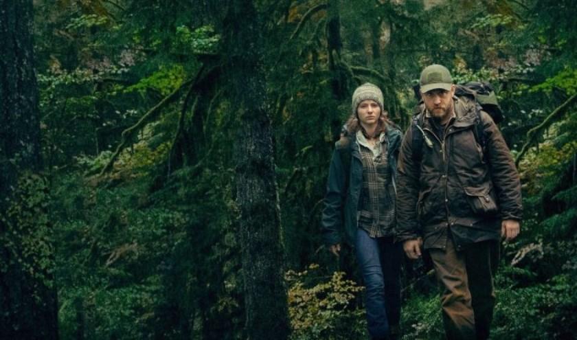 Will leeft een paradijselijk bestaan in Forest Park, een regenwoud in Portland, met zijn dertienjarige dochter Tom.