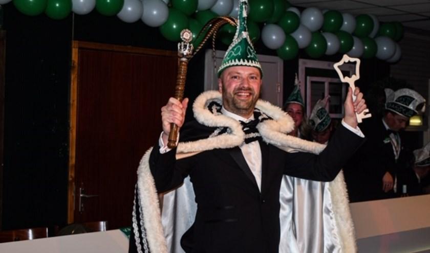 Prins Thijs de Eerste is zojuist alle versierselen omgehangen