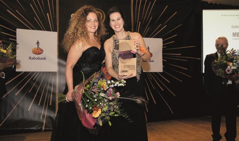 De vrouwen achter het winnende Mediaz tijdens de prijsuitreiking: Mendy Tiemissen (links) en Diana van Kesteren.