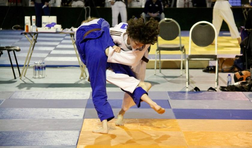 Maud (in het wit) maakt gehakt van een tegenstander. Ze ging er met een zilveren medaille vandoor. (Foto: Chrisje van Duivenboden).