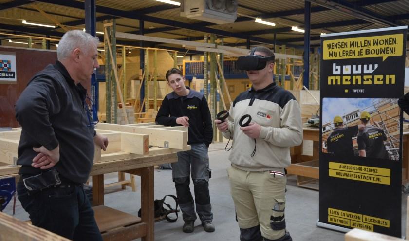 De leerling bouwvakkers zijn heel enthousiast over de nieuwe VR-bril