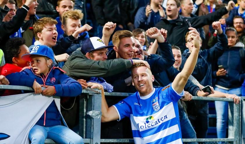 Mike van Duinen hoopt de komende maanden vaker feest te kunnen vieren met de supporters, zoals hier na afloop van de overwinning tegen FC Groningen, eind vorig seizoen.