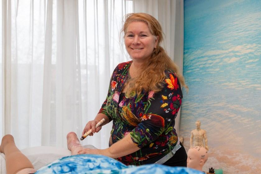 """Natasja Smits aan het werk in haar praktijk: """"Miljoenen mensen hebben baat bij Chinese behandelwijzen""""."""