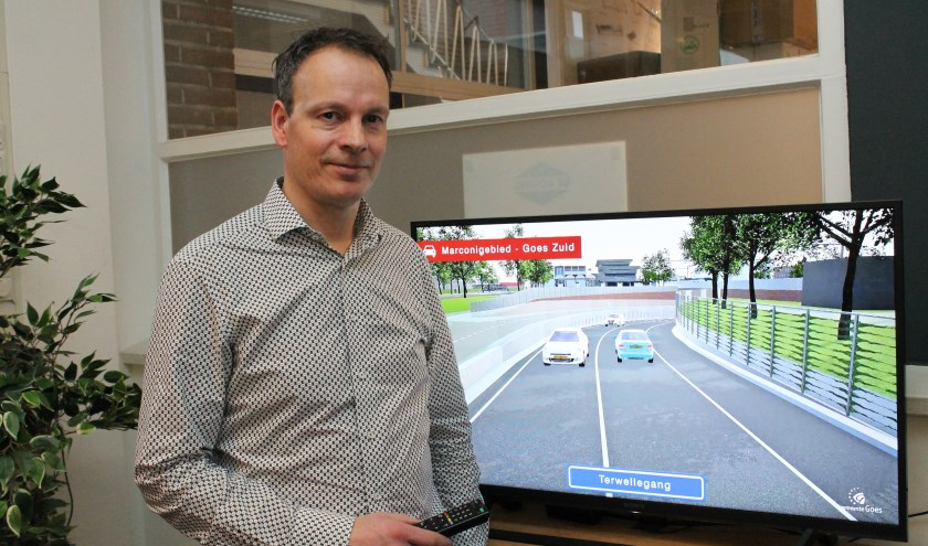 """Victor de Vries in het Infromatiecentrum bij een video impressie van de onderdoorgang Terwellegang: """"We zijn op schema met het werk."""" FOTO: Leon Janssens"""