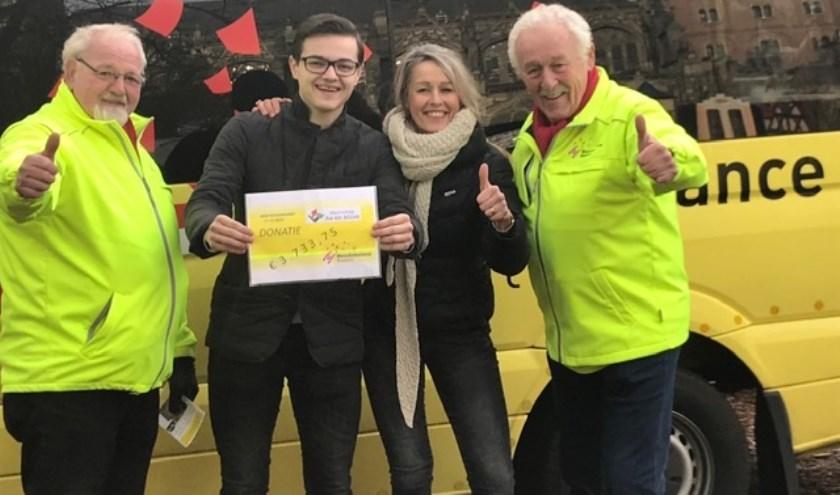 Van links naar recht: chauffeur Rien van de Donk, Maarten Tibosch en collega Astrid den Otter-Verhagen van het waterschap en Barry van Brakel, PR-man bij  WensAmbulance Brabant.