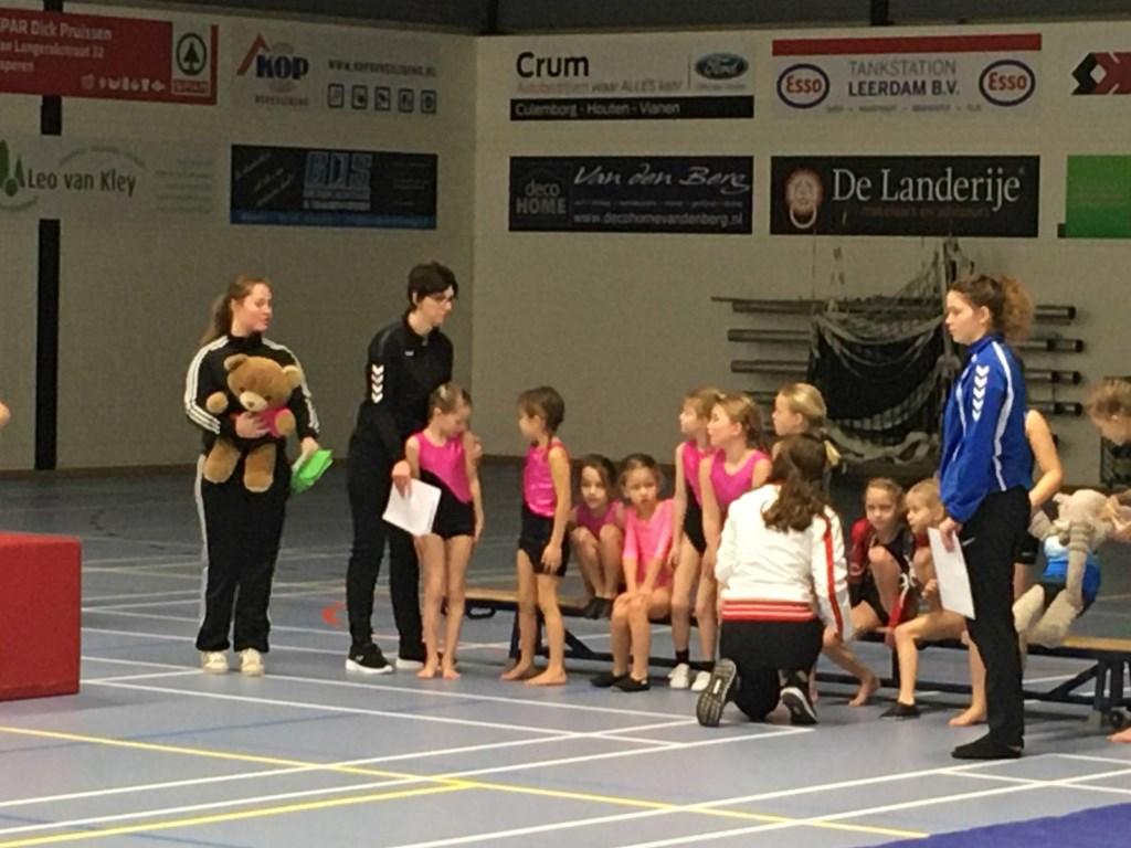 De turnsters van WHV Asperen met de begeleiding Juliane van Aalsburg en Annet van Laar.  © DPG Media
