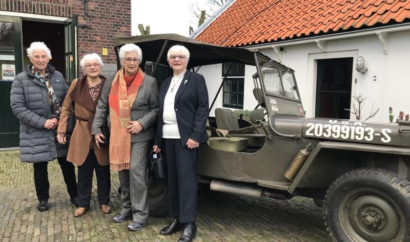 De zussen Fros, met v.l.n.r. Riek, Jantine, Annie en Adri, openden de expositie.