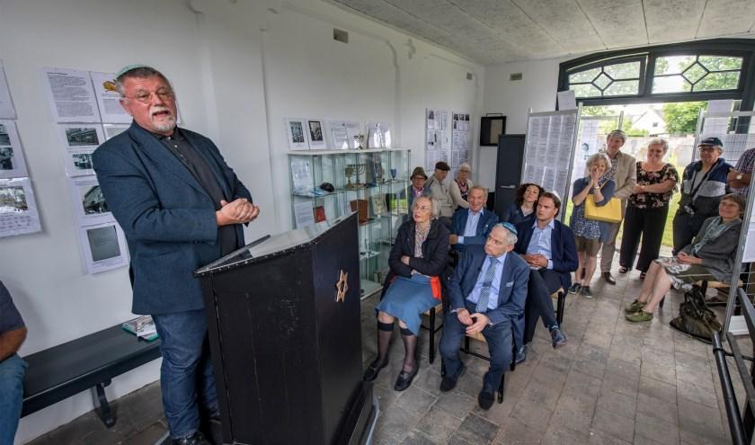 Voorzitter Frans houdt een toespraak over Tielse Stolpersteine, mede een project van het Weeshuis, het toont jongeren hoe de wereld in elkaar zit.