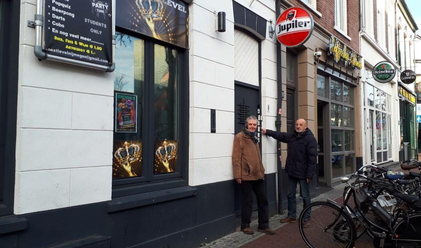 Willem Oosterbaan (links) en Leo van den Munkhof voor Smetiusstraat nummer 9. (Foto: Moniek Hüsken)