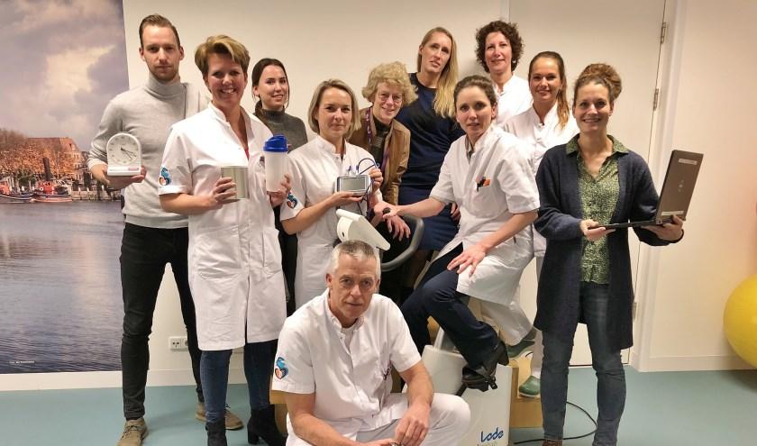 Longchirurg Geertruid Marres (op trainingsfiets) te midden van een aantal collega's die betrokken zijn bij het begeleiden van de patiënten voor de operatie.