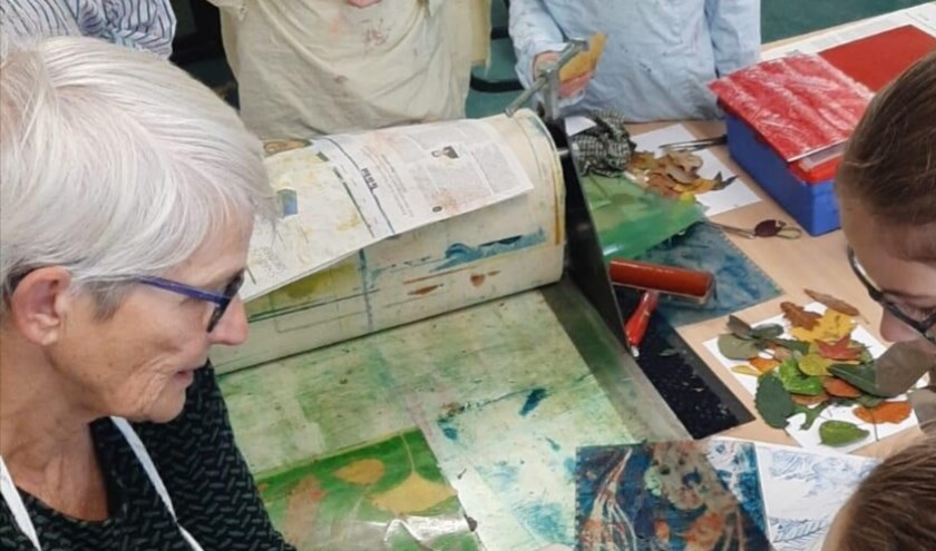 Dit zijn de resultaten van de workshop 'Met natuurlijke materialen drukwerken maken'. (foto Willemien Holterman)