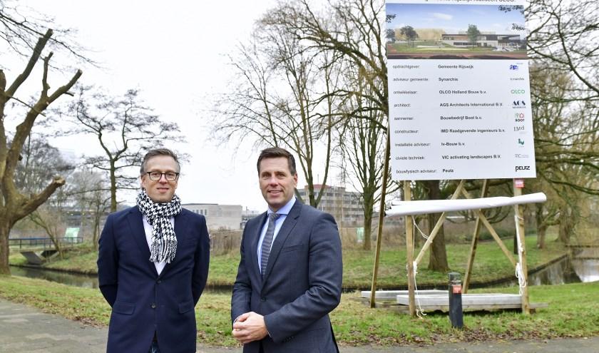 Wethouder sport Björn Lugthart en Mark Westra, directeur Olco Holland Bouw, onthulden het bouwbord op de bouwlocatie van het nieuwe sportcomplex. Foto: Erwin Dijkgraaf