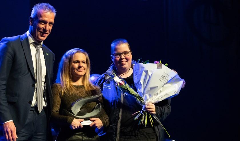 Wethouder Rens Steintjes, mevrouw C. Brinks van de Doetinchemse Hockey Club met de Doetinchem doet mee-award en een deelneemster van Special Hockey.