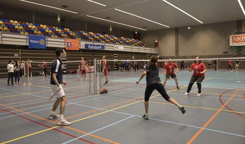 Sporten is fijn, zoals hier badminton, een van de sporten tijdens de Rotary Sportdag Veenendaal. (Archieffoto D. de Louw)