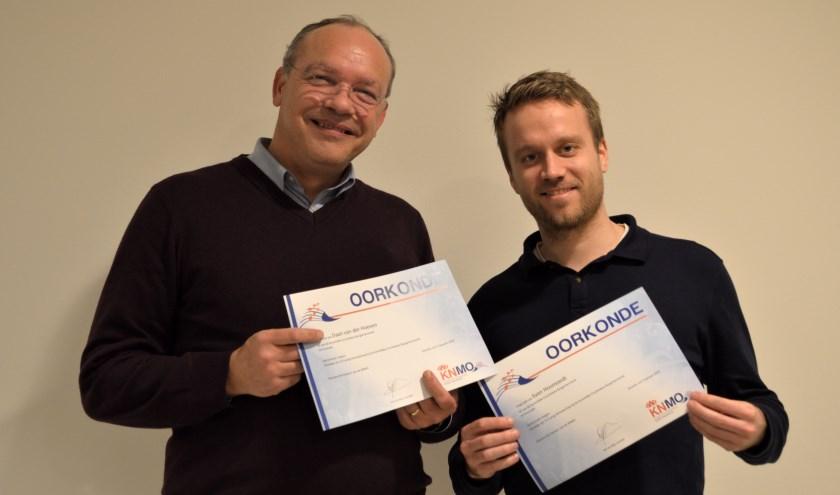 De jubilarissenDaan van der Hoeve en Sven Hoomoedt met hun oorkonde.