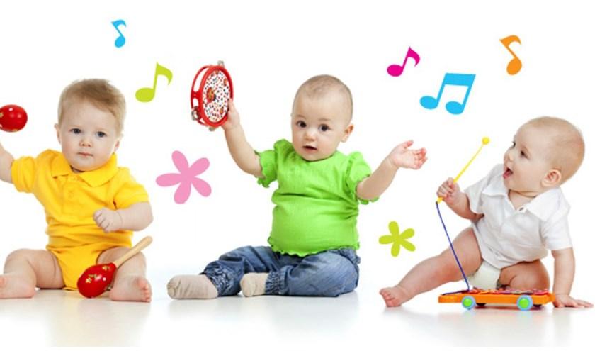 Jonge kinderen leren spelenderwijs hoe leuk muziek is door te zingen, dansen en op instrumenten te spelen.