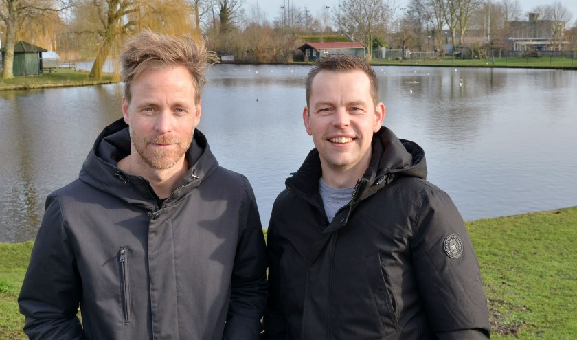 Wouter Agterberg en John de Wissel in het Stadspark, waar op 13 juni de Triathlon Montfoort weer van start gaat. (Foto: Paul van den Dungen)