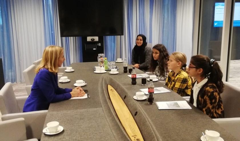 Noor, Dewa en Ouissal op bezoek bij de minister.