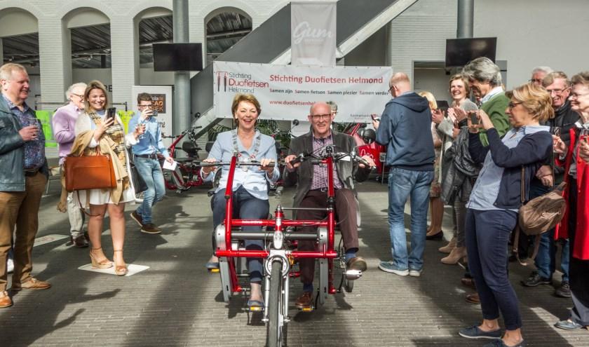 Burgemeester Blanksma reed in april 2018 mee op een duofiets. Foto: Paula Winckens.