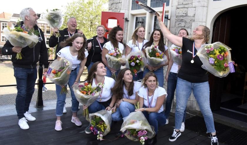 De waterpolodames van GZC DONK tijdens hun huldiging na het behalen van de landstitel. De ploeg is genomineerd voor de titel Sportploeg van het Jaar. Foto: Marianka Peters
