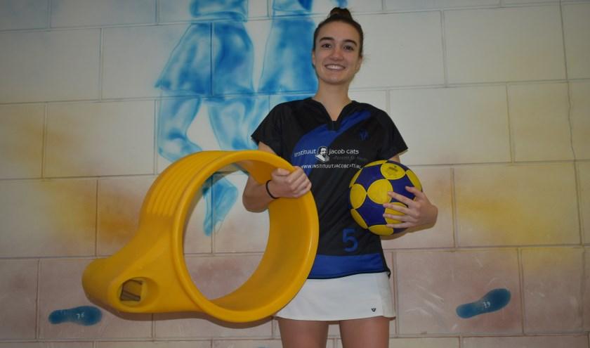 Karianne van der Velde voor aanvang van de oefenwedstrijd Dindoa - De Meeuwen (25-26). (foto: Rik van den Bos).