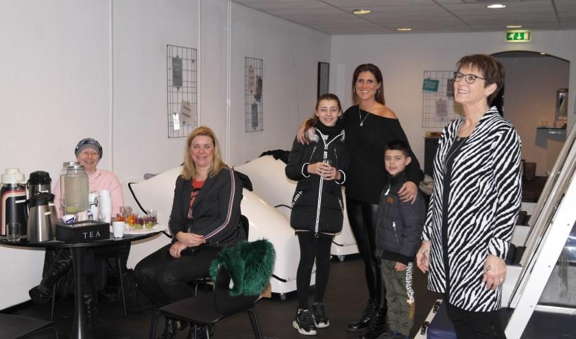 Veel vaste klanten en belangstellenden. Barbera (midden staand) her-opende haar vernieuwde studio, samen met haar moeder Gerda (r.)