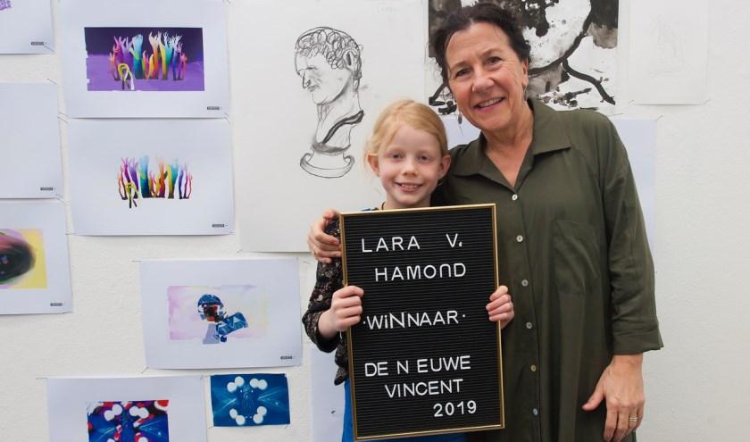 Lara van Hamond met wethouder Marcelle Hendrickx. foto: Maria van der Heyden