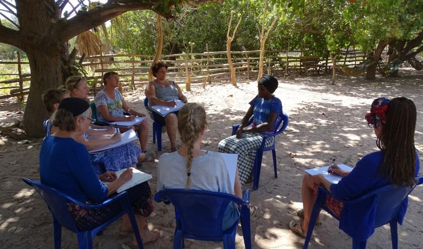 Deelnemers aan de Gambiareis tijdens tekenworkshop.