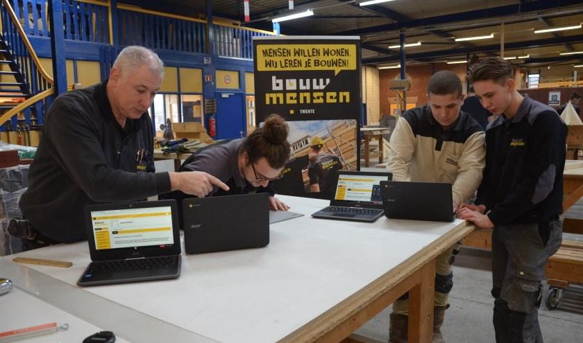 Chromebooks vervangen de bekende bouwtekeningen op papier en instructeurs gaan werken met touchtables