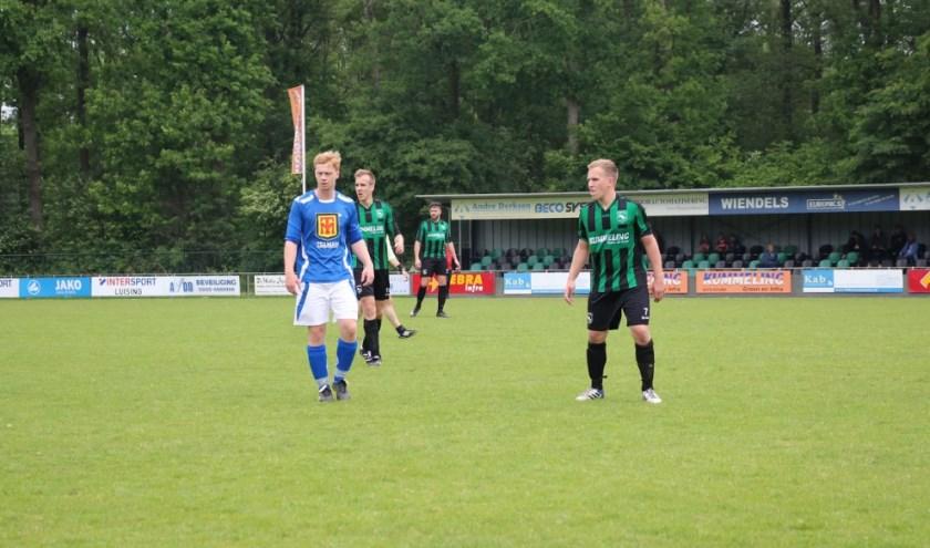 Sprinkhanen-jongeling Mike Boots (rechts) volgt aandachtig de bal in een thuiswedstrijd tegen SVGG. Bron: Sprinkhanen