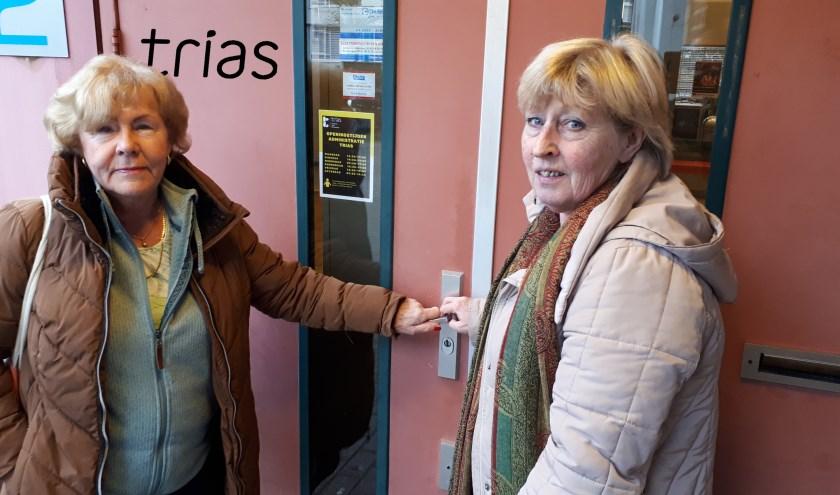 Staan Ineke Planken (l) en Thea Heidema en de rest van de Happy Fit 55+ dansclub binnenkort voor een gesloten deur?