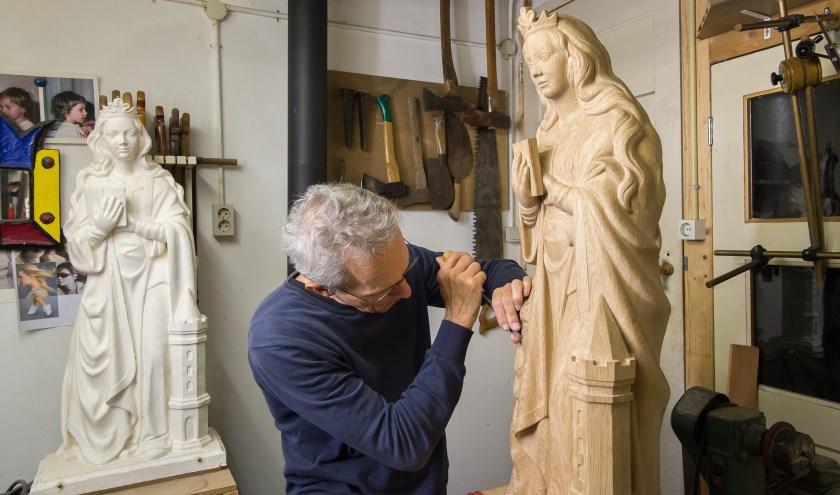 Beeldhouwer Lein Kaland werkt aan het beeld van de Heilige Barbara in zijn atelier in Westkapelle.    FOTO: JAN DE JONGE
