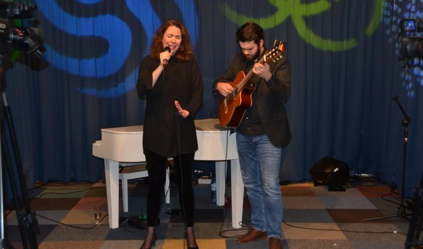 Diana van der Bent en gitarist Paul den Bakker doen met acteur Piet van der Pas een optreden in het Rietveld Theater