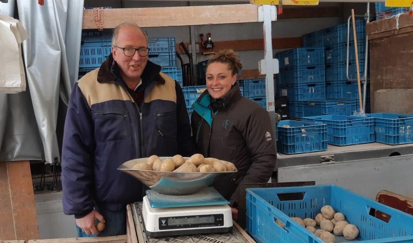 Samen met dochter Angelique is Hans van As met zijn aardappelkraam elke zaterdag te vinden op de Rijswijkse Markt. Foto: Frans Limbertie