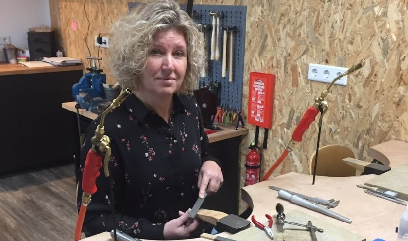 Monique van der Have in haar atelier. Ze geeft workshops en cursussen edelsmeden.