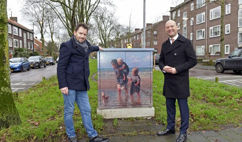 De onthulling van een verfraaide elektriciteitskast in de Jozef Israëlslaan in Rijswijk door wethouder Armand van de Laar samen met kunstenaar Dominic de Bruijn(links op de foto).