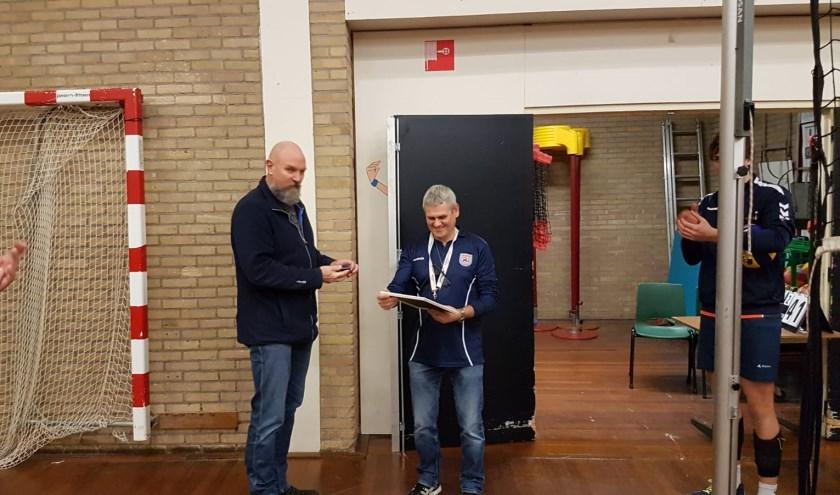 Scheidsrechter Ad van Lieshout werd verrast met zijn onderscheiding.