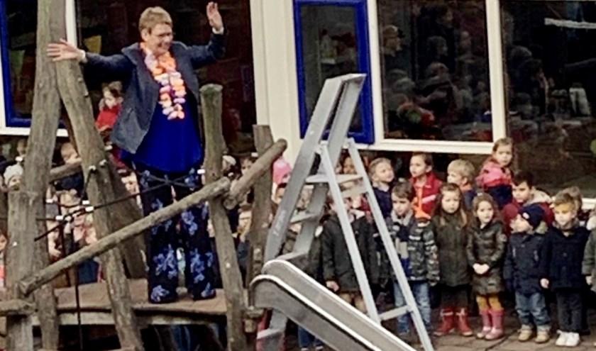 Kinderen zwaaien de juf uit.