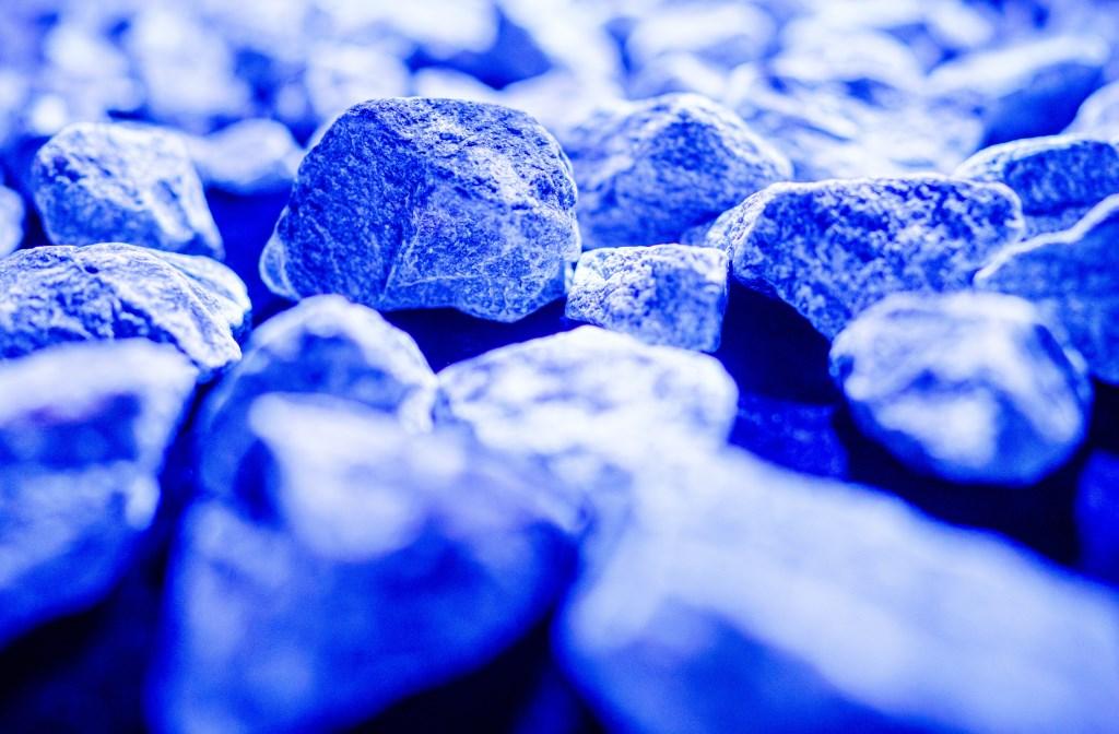 De 104.000 stenen van het tijdelijk monument Levenslicht zijn allemaal anders. Net als de levensverhalen van de evenzovele Nederlandse slachtoffers van de Holocaust. Foto: Marco de Swart  © DPG Media