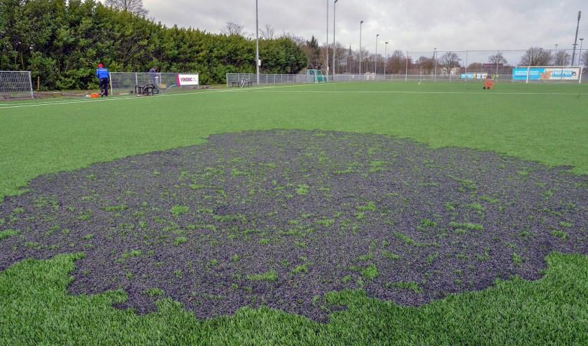 Schade aan een van de kunstgrasvelden bij voetbalvereniging Montfoort SV'19. (Foto: Paul van den Dungen)