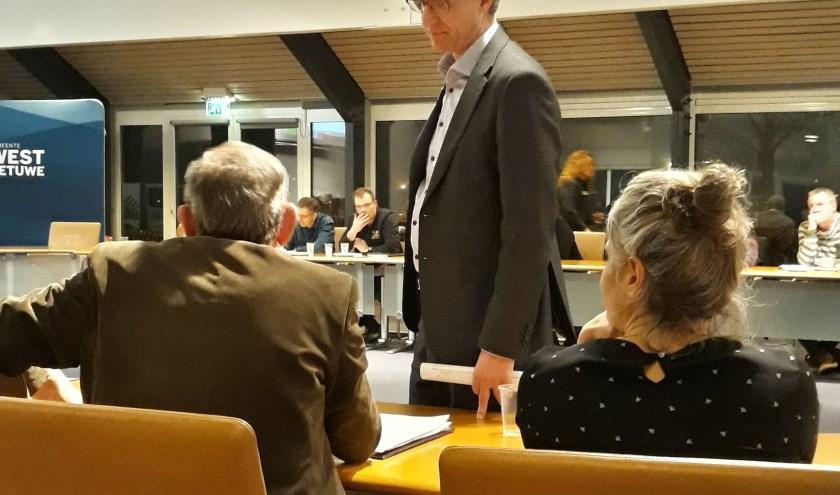 Wethouder Ed Goossens (DB) haalt informatie op bij standplaatshouders