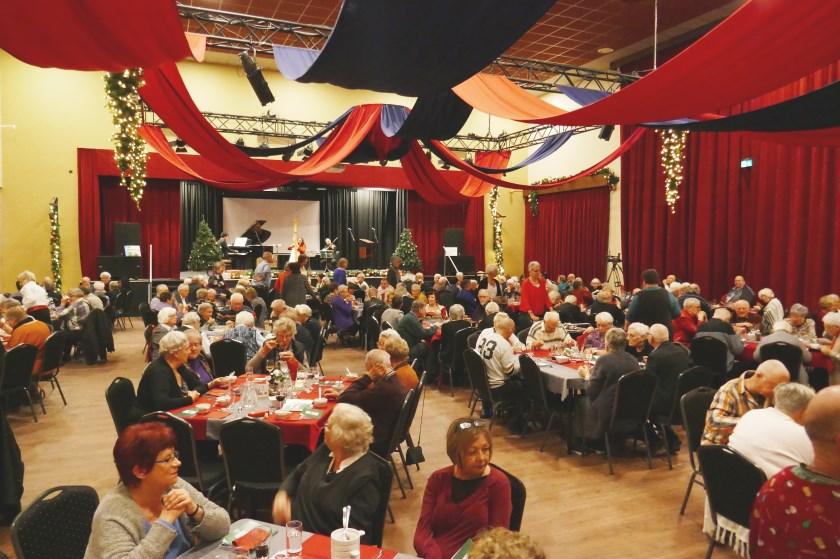 Een overzicht van de grote zaal van De Ogtent tijdens het jaarlijkse kerstdiner voor alleenstaanden op tweede kerstdag.