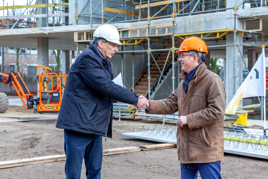 Bestuurder Scholengroep rijk van Nijmegen Hans Schapenk (links) en directeur Rots Bouw Egbert Jan Rots. Foto: Ted Selbach Foto: Ted Selbach © DPG Media