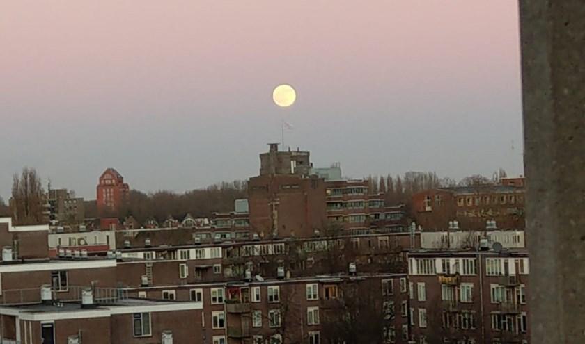 Maan boven Rotterdam.
