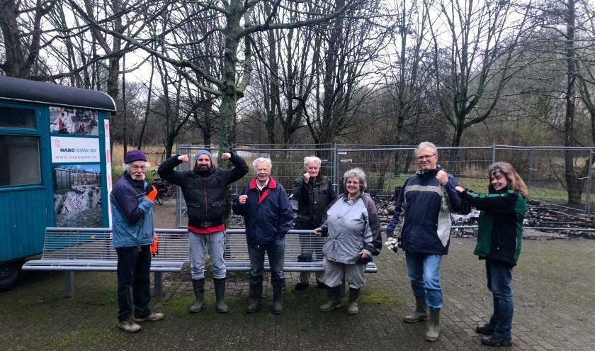 Op de foto dinsdag 14-1 vrijwilligers van de Stichting Vrienden van de Natuur- en Landschappentuin bij de schaftkeet. Rechts Monique Snoek die dit jaar nog beheer doet vanuit de gemeente Zoetermeer. Foto: SL